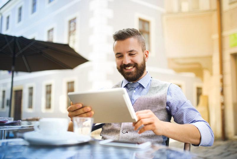 La revolución tecnológica producida en los dos últimos años en el mundo de los hoteles ha puesto patas arriba no sólo la relación con los clientes. También lo ha hecho con los sistemas para conseguir más clientes y con su experiencia de usuario. En particular, la adopción de la Inteligencia Artificial